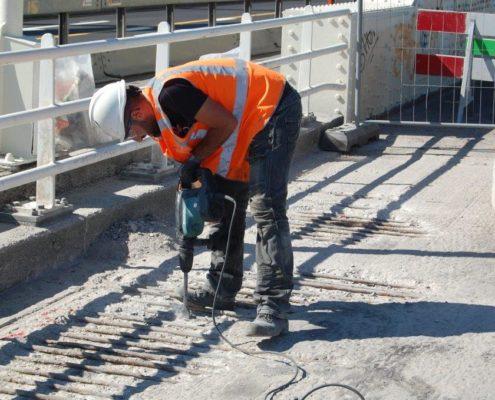 Betonspecialist renoveert beton met hakhamer